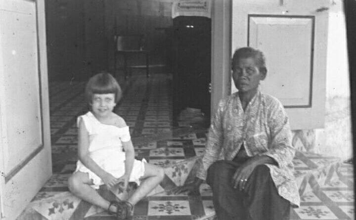 Potret Antoinette Westerman dan babu pengasuhnya di Semarang,1915-16.